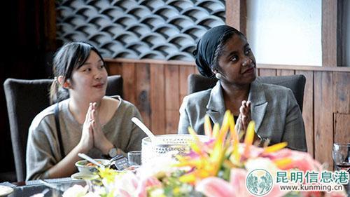 泰国的英英左边和法国的贝贝为他人的分享鼓掌。记者刘雄斌摄