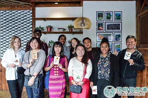10位外国友人一起合影留念。记者刘雄斌摄